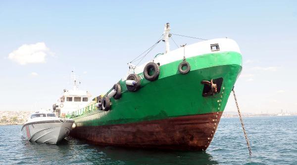 Atık Alma Gemisinin Çarptiği Tekne Sulara Gömüldü