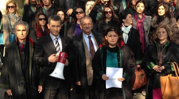 Avukatlardan, Öğretim Görevlisi Cinayetine Cüppeli Protesto