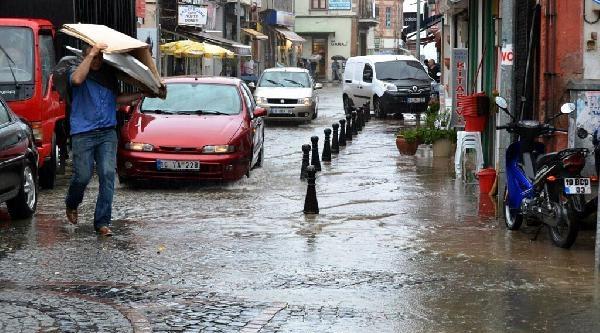 Ayvalık'ta Sağanak Yağmur Etkili Oldu