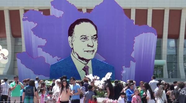 Azerbaycan Güllerle Donatıldı