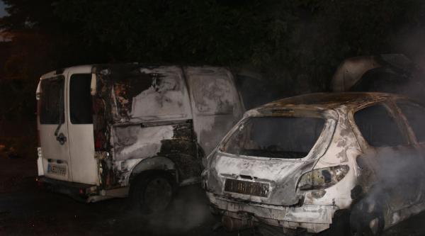 Bağcılar'da Park Halindeki 3 Araç Kundaklandı