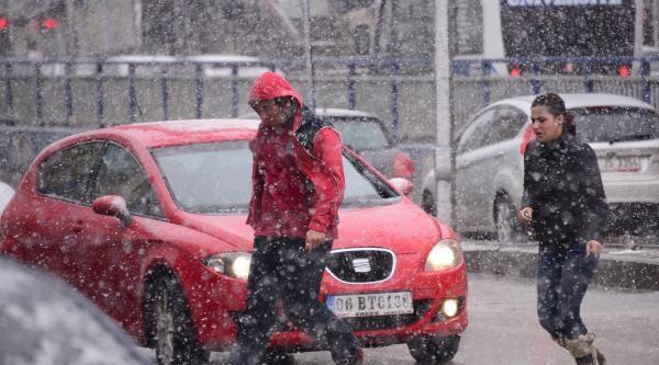 Baharda Erzurum'a Lapa Lapa Kar Yağdı