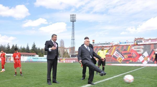 Bakan Avcı Futbol Turnuvasının Başlama Vuruşunu Yaptı