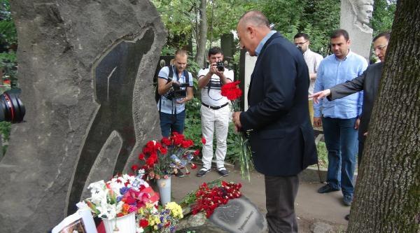 Bakan Çavuşoğlu, Nazım Hikmet'in Mezarını Ziyaret Etti
