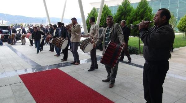 Bakan Ergin, 'sadullah Başkan' Sloganlariyla Karşilandi (1)