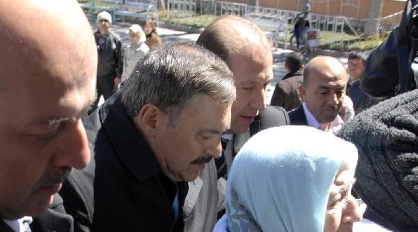 Bakan Eroğlu, Annesini Tekerlekli Sandalyeyle Sandık Başına Götürdü