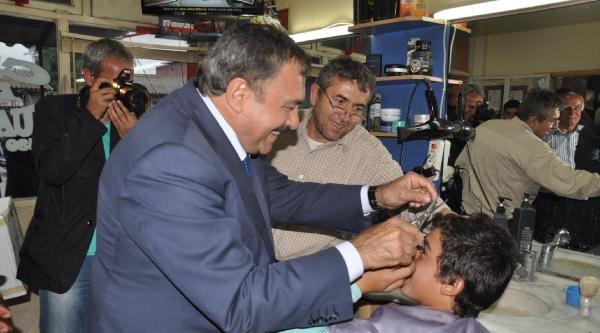Bakan Eroğlu Berberde Saç Kesti
