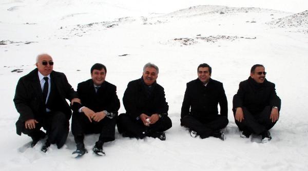 Bakan Yazıcı Erciyes'te Kar Üzerinde Bağdaş Kurdu