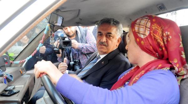 Bakan Yazıcı, Kamyoneti Durdurup Kadın Sürücü İle Sohbet Etti