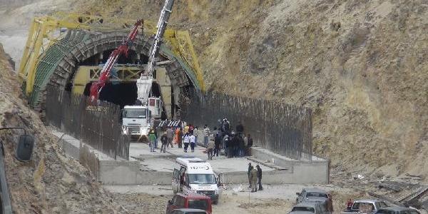 Bakü- Tiflis- Kars Demiryolu Tünel Inşaatinda Kaza: 1 Ölü, 3 Yarali