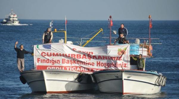 Balikçilar Cumhurbaşkani Gül'Ü Tekneleriyle Denizden Selamladi