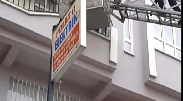 Balkondan Bakarken Alt Kattaki Balkona Düştü