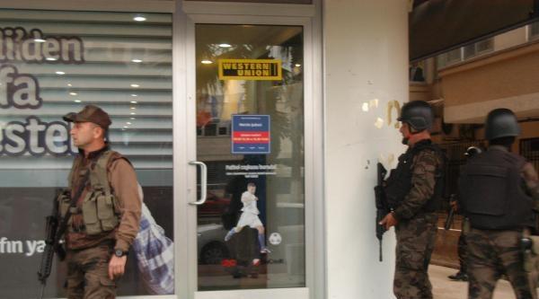 Banka Görevlini Dövdü, 800 Bin Lirayı Alıp Kaçtı (fotoğraflar)