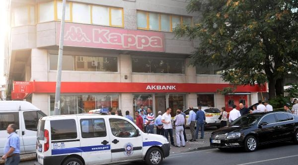 Bankayı Soyamadılar; Güvenlik Görevlisini Yaralayıp Kaçtılar