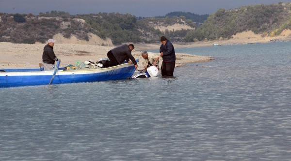 Baraj Gölünden Motosikletle Geçen Çift Ölümden Döndü