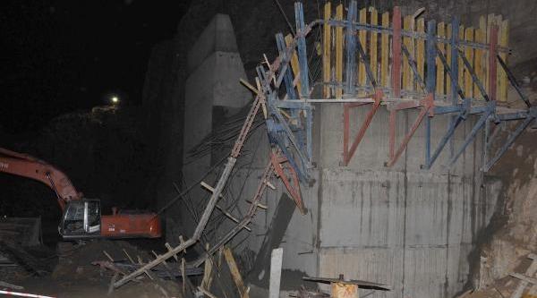 Baraj Inşaatinda Beton Kalip Çöktü, Altinda Kalan Iki Işçi Öldü