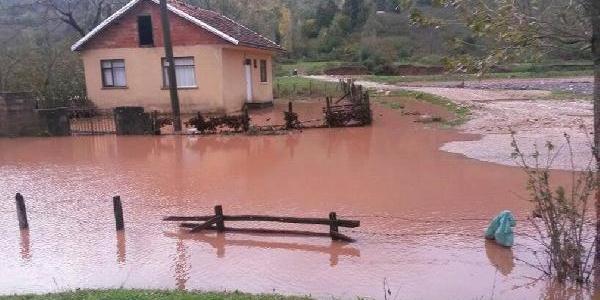 Baraj Sularinin Bastiği Köyde Can Pazari
