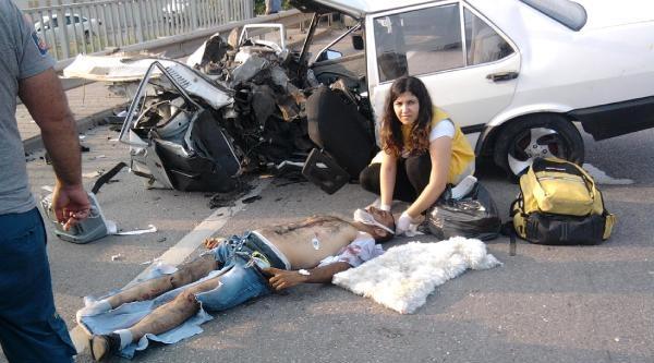 Bariyerlere Çarpan Otomobil İkiye Bölündü: 1 Ölü, 5 Yaralı