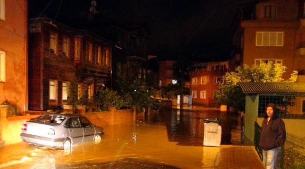Bartın'da Yollar Kapandı, Ev Ve İşyerlerini Su Bastı