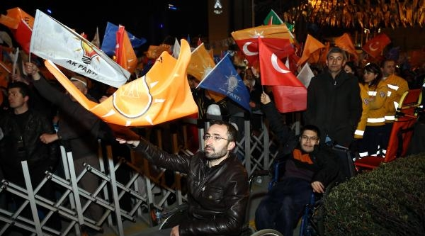 Başbakan Erdoğan, Ak Parti Genel Merkezi Balkonundan Partililere Konuştu (fotoğraflar)