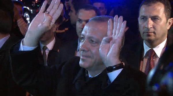Başbakan Erdoğan Evinin Önünde Bekleyen Vatandaşları Selamladı