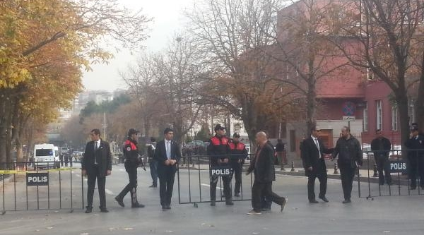 Başbakanlik Önünde 'canli Bomba' Alarmi