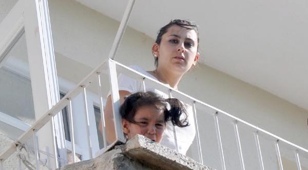 Başı Balkon Demirlerine Sıkışan 3 Yaşındaki Azra'yı İtfaiye Kurtardı