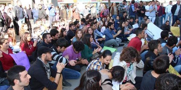 Başkan Çerçioğlu'Ndan Eylem Yapan Öğrencilere Çiçek Ve Lokum Ikrami