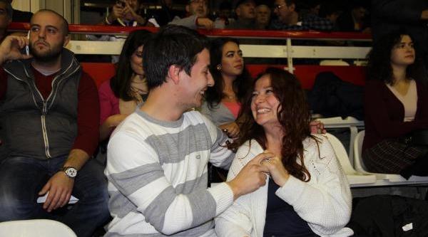 Basket Maçinda Evlilik Teklifi