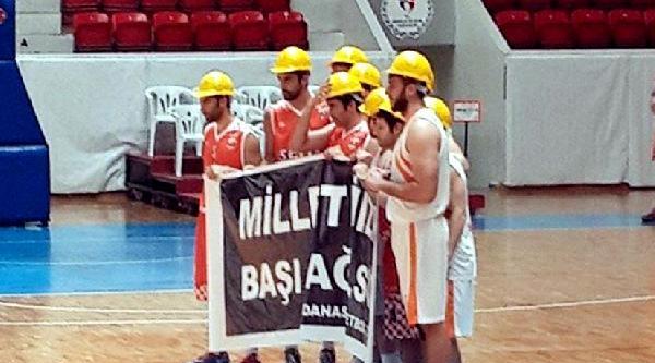 Basketbolcular Maça Baretle Çiktilar