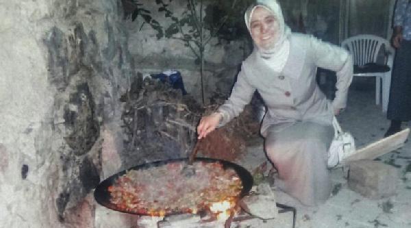 Bayan Davutoğlu'nun Saç Kavurma Ustalığı