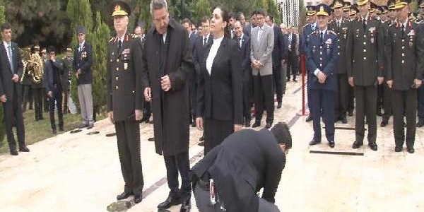 Baydemir Katilmayinca, Milletvekili Eronat 'belediye Başkani' Tabelasini Ayaği Ile Itti