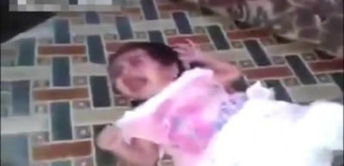 Bebeğini falakaya yatırdı !