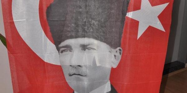 Belediye, 50 Bin Atatürk Posteri Dağitiyor