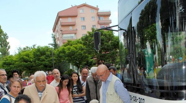 Belediye Otobüsü, Yaşlı 2 Yayaya Çarpti