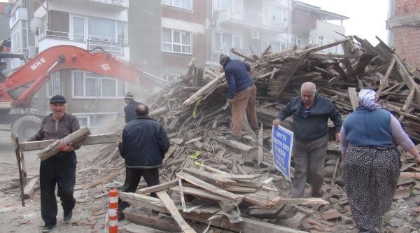 Belediye Yıktı, Vatandaşlar Tahta Topladı