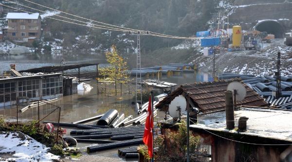 Belediyenin Asfalt Tesisini Su Basti, Evler Tehlike Altinda