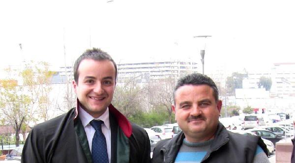 Beraat Kararını, Avukatına 'çak' Yaparak Kutladı