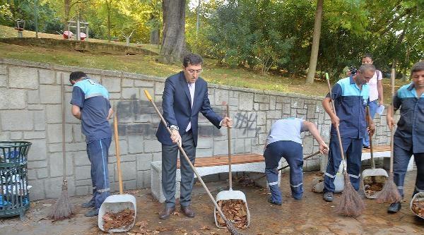 Beşiktaş Belediye Başkanı Parklarda Temizlik Yaptı