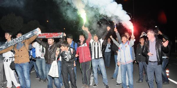 Beşiktaş Kayseri'De Meşale Ve Çiceklerle Karşilandi'