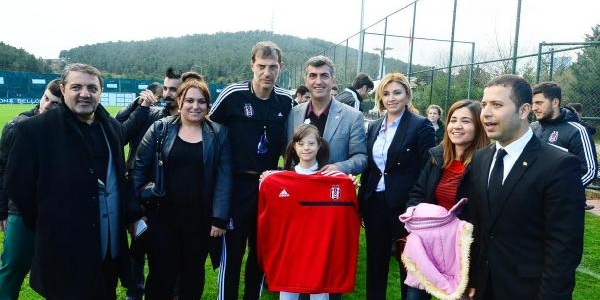Beşiktaş Teknik Direktörü Bilic Engellilere Forma Hediye Etti