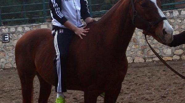 Beşiktaşli Futbolcular Ata Bindi