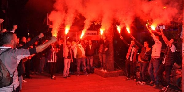 Beşiktaşli Taraftarlar 'benimle Oynar Misin?' Filmini Izledi