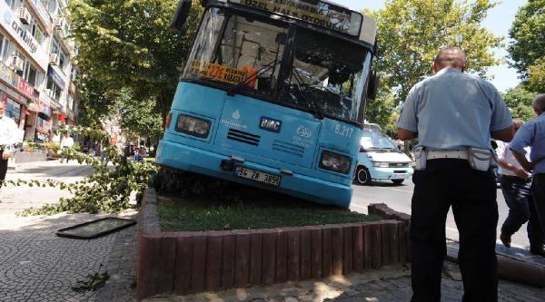 Beşiktaş'ta Halk Otobüsü Kaldırıma Çikti