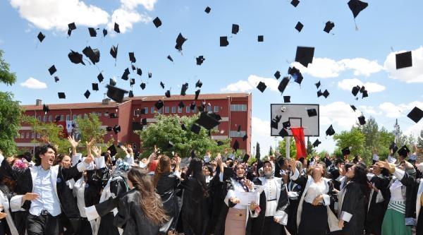 Besni'de Üniversite Öğrenciler 'kep' Attı