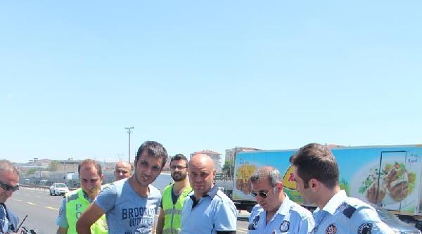 Beton  Bariyere Çarpan Araçtaki Sürücüyü Emniyet Kemeri Kurtardı