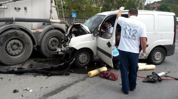 Beton Mikserine Çarpan Aracın Sürücüsü Yaralandı