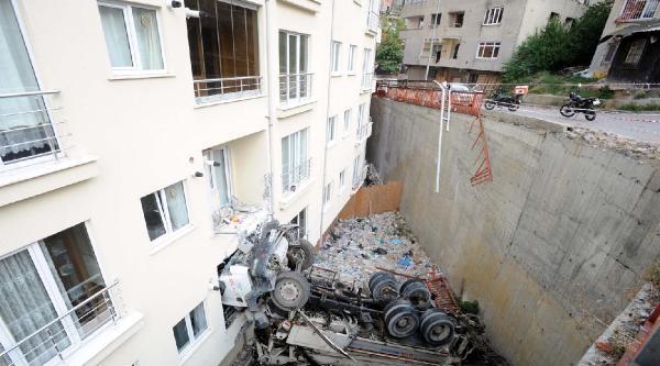Beton Pompalama Aracı Apartmanın Bahçesine Düştü