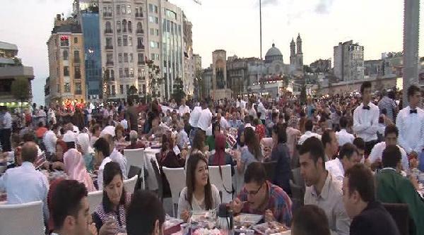 Beyoğlu Belediyesi Taksim Meydanı'nda 3 Bin Kişilik İftar Verdi