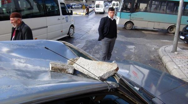 Binadan Kopan Beton Parçaları Otomobilin Üzerine Düştü